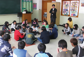 Jae Young Lee leads a restorative discipline class at an elementary school in Seoul. Students directly involved in bullying sit in the middle circle. Other classmates sit in the outside circle. — Korea Peacebuilding Institute