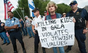Policemen stand between activists protesting Israel's attacks on Gaza stands and pro-Israel counter-protesters during a demonstration in front of the White House in Washington, DC, August 9, 2014.
